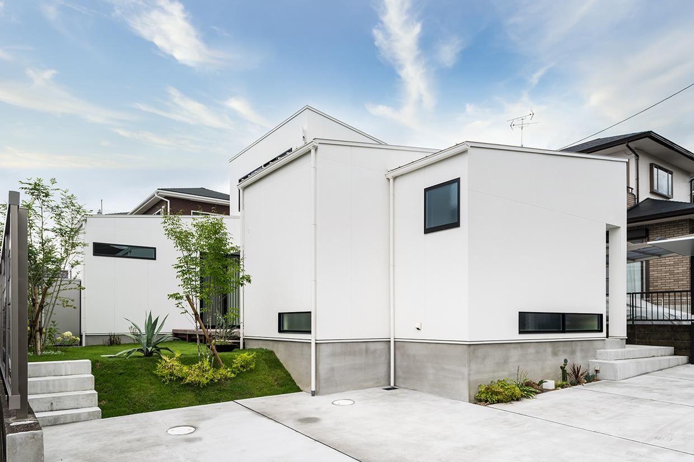 青空加工後の白壁の家