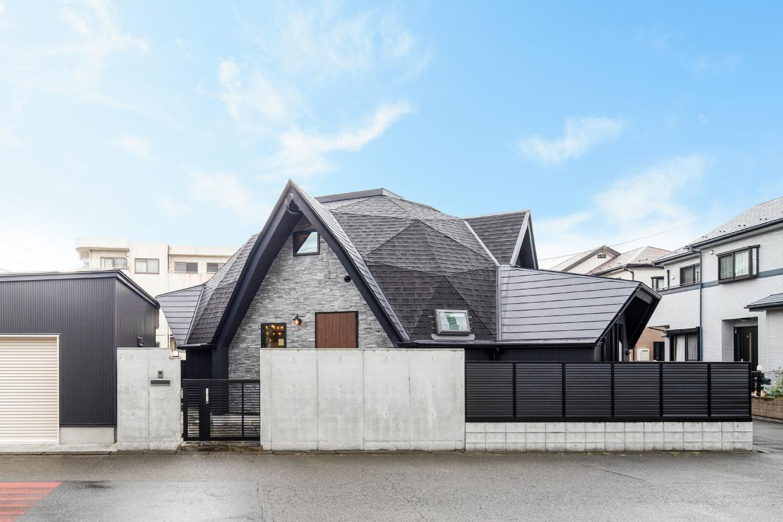 青空加工後の幾何学屋根の家