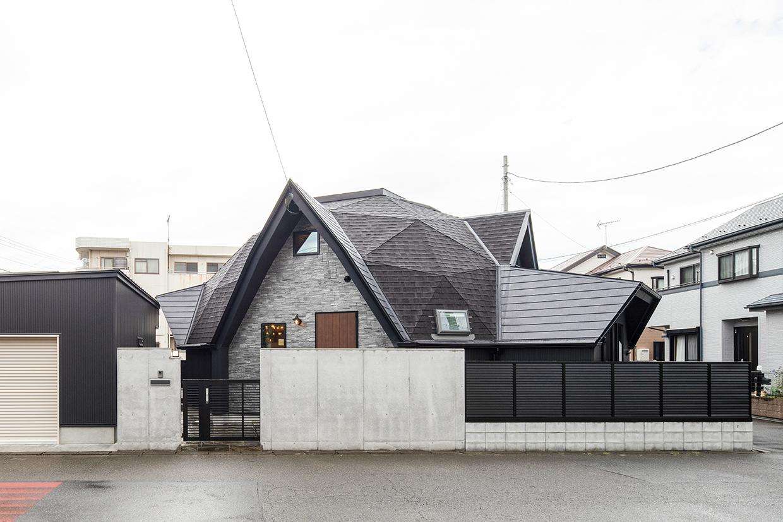 曇天下の幾何学屋根の家